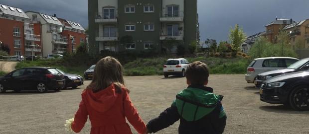 Frère et soeur sortent de l'école